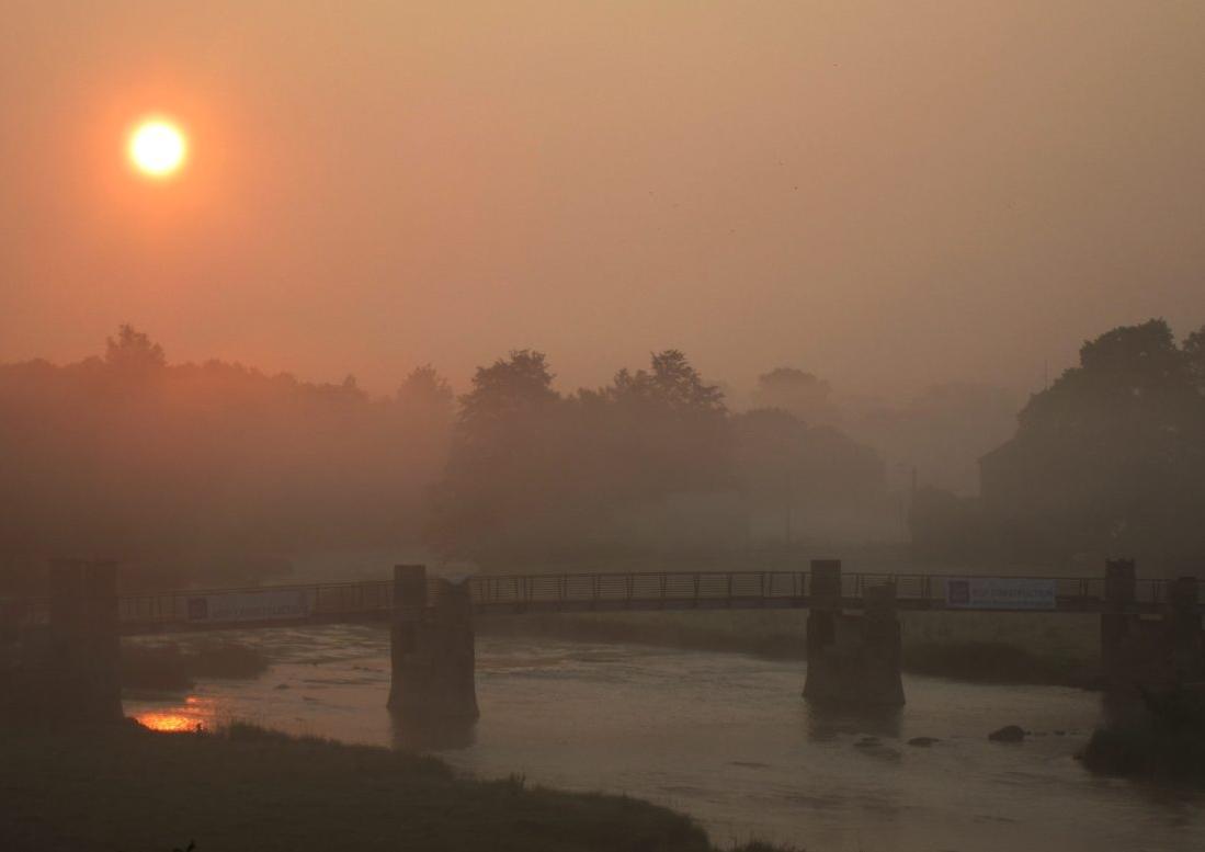 Chassepierre lever de soleil sur la passerelle du Breux